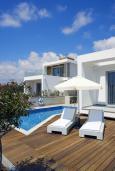 Зона отдыха у бассейна. Кипр, Пафос город : Красивая вилла с 2-мя спальнями, с бассейном и солнечной террасой, расположена в Пафосе