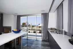 Кухня. Кипр, Пафос город : Красивая вилла с 2-мя спальнями, с бассейном и солнечной террасой, расположена в Пафосе