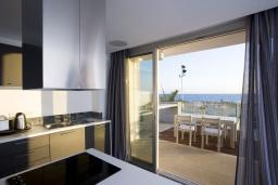 Кухня. Кипр, Пафос город : Шикарная вилла с панорамным видом на море, с 3-мя спальнями, с бассейном, расположена в Пафосе