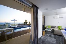 Гостиная. Кипр, Пафос город : Шикарная вилла с панорамным видом на море, с 3-мя спальнями, с бассейном, расположена в Пафосе