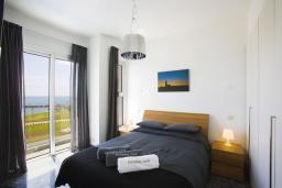 Спальня. Кипр, Пафос город : Шикарная вилла с панорамным видом на море, с 3-мя спальнями, с бассейном, расположена в Пафосе
