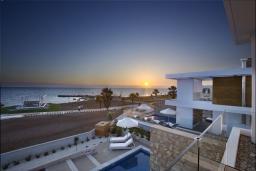 Вид на море. Кипр, Пафос город : Потрясающая вилла с панорамным видом на море, с 3-мя спальнями, с бассейном и солнечной террасой, расположена в Пафосе