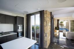 Кухня. Кипр, Пафос город : Потрясающая вилла с панорамным видом на море, с 3-мя спальнями, с бассейном и солнечной террасой, расположена в Пафосе