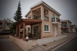 Фасад дома. Кипр, Декелия - Ороклини : Двухэтажная вилла недалеко от пляжа, 3 спальни, 2 ванные комнаты, Wi-Fi