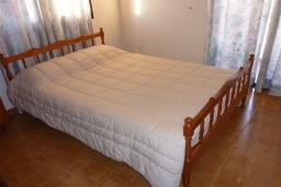 Спальня. Кипр, Декелия - Ороклини : Апартамент возле пляжа с балконом и шикарным видом на море, с гостиной и двумя спальнями