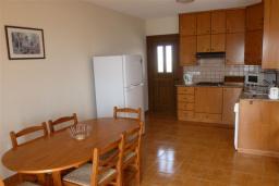 Гостиная. Кипр, Декелия - Ороклини : Апартамент возле пляжа с балконом и шикарным видом на море, с гостиной и двумя спальнями