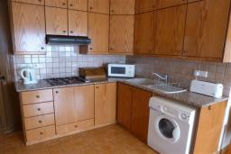 Кухня. Кипр, Декелия - Ороклини : Апартамент возле пляжа с балконом и шикарным видом на море, с гостиной и двумя спальнями