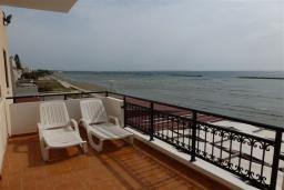 Балкон. Кипр, Декелия - Ороклини : Апартамент возле пляжа с балконом и шикарным видом на море, с гостиной и двумя спальнями
