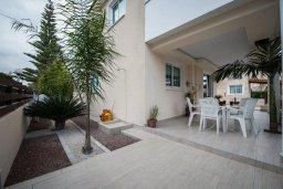 Терраса. Кипр, Декелия - Ороклини : Двухэтажная вилла недалеко от пляжа, с зеленым двориком и большим балконом, 4 спальни, 2 ванные комнаты, Wi-Fi
