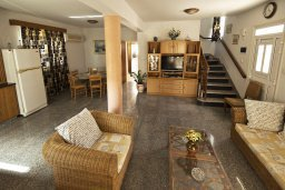 Гостиная. Кипр, Декелия - Ороклини : Двухэтажная вилла недалеко от пляжа, с зеленым двориком и большим балконом, 4 спальни, 2 ванные комнаты, Wi-Fi