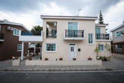 Фасад дома. Кипр, Декелия - Ороклини : Двухэтажная вилла недалеко от пляжа, с зеленым двориком и большим балконом, 4 спальни, 2 ванные комнаты, Wi-Fi
