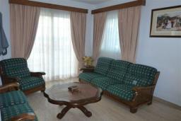Гостиная. Кипр, Декелия - Ороклини : Двухэтажная вилла недалеко от пляжа с балконом и видом на море, 4 спальни, 2 ванные комнаты, дворик с барбекю, Wi-Fi