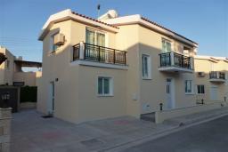 Фасад дома. Кипр, Декелия - Ороклини : Двухэтажная вилла недалеко от пляжа с балконом и видом на море, 4 спальни, 2 ванные комнаты, дворик с барбекю, Wi-Fi