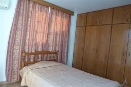 Спальня 4. Кипр, Декелия - Ороклини : Двухэтажная вилла недалеко от пляжа с балконом и видом на море, 4 спальни, 2 ванные комнаты, дворик с барбекю, Wi-Fi