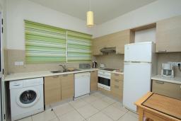 Кухня. Кипр, Гермасойя Лимассол : Мезонет с большой гостиной, тремя отдельными спальнями и двумя ванными комнатами, для 6 человек