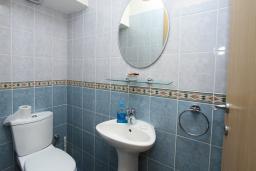 Туалет. Кипр, Гермасойя Лимассол : Мезонет с большой гостиной, тремя отдельными спальнями и двумя ванными комнатами, для 6 человек