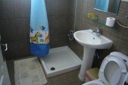 Ванная комната. Кипр, Айос Тихонас Лимассол : Апартамент в комплексе с бассейном, с гостиной и двумя отдельными спальнями, для 4 человек