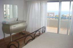 Кипр, Айос Тихонас Лимассол : Апартамент с большой гостиной, тремя отдельными спальнями и двумя ванными комнатами, для 6 человек