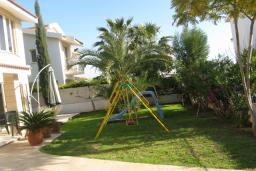Территория. Кипр, Декелия - Ороклини : Вилла с 4-мя спальнями, зелёным садом и детской площадкой расположена в Ларнаке