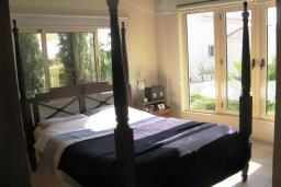 Спальня. Кипр, Декелия - Ороклини : Вилла с 4-мя спальнями, зелёным садом и детской площадкой расположена в Ларнаке