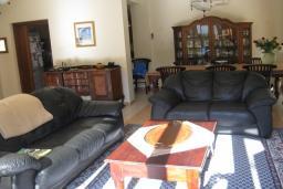 Гостиная. Кипр, Декелия - Ороклини : Вилла с 4-мя спальнями, зелёным садом и детской площадкой расположена в Ларнаке
