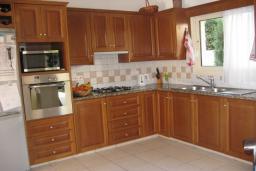 Кухня. Кипр, Декелия - Ороклини : Вилла с 4-мя спальнями, зелёным садом и детской площадкой расположена в Ларнаке