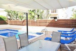 Обеденная зона. Кипр, Ларнака город : Вилла с 3-мя спальнями, с бассейном и приватным двориком, расположена в Ларнаке