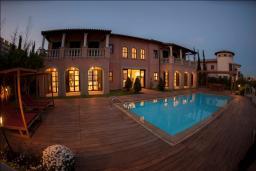 Фасад дома. Кипр, Св. Рафаэль Лимассол : Шикарная вилла с видом на море, с 4-мя спальнями, с бассейном, беседкой и барбекю, расположена в Лимассоле