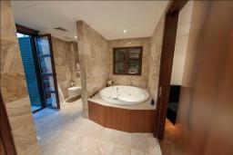 Ванная комната. Кипр, Св. Рафаэль Лимассол : Шикарная вилла с видом на море, с 4-мя спальнями, с бассейном, беседкой и барбекю, расположена в Лимассоле