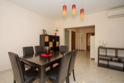 Обеденная зона. Кипр, Гермасойя Лимассол : Апартамент в 100 метрах от моря, веранда с выходом к бассейну, большая гостиная, три отдельные спальни и две ванные комнаты, для 5 человек