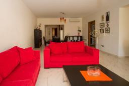 Гостиная. Кипр, Гермасойя Лимассол : Апартамент в 100 метрах от моря, веранда с выходом к бассейну, большая гостиная, три отдельные спальни и две ванные комнаты, для 5 человек