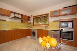 Кухня. Кипр, Гермасойя Лимассол : Апартамент в 100 метрах от моря, веранда с выходом к бассейну, большая гостиная, три отдельные спальни и две ванные комнаты, для 5 человек