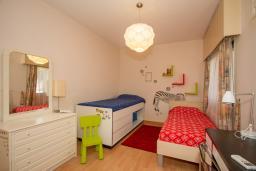Спальня 3. Кипр, Гермасойя Лимассол : Апартамент в 100 метрах от моря, веранда с выходом к бассейну, большая гостиная, три отдельные спальни и две ванные комнаты, для 5 человек