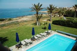 Кипр, Киссонерга : Великолепная вилла с видом на море, с 3-мя спальнями, с бассейном, сауной, с зелёным садом с патио и барбекю