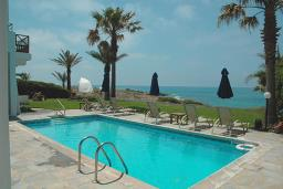 Кипр, Киссонерга : Великолепная вилла с видом на море, с 3-мя спальнями, с бассейном, сауной, с зелёным садом с патио и барбекю ? расположена в Coral Bay
