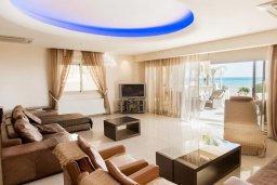 Гостиная. Кипр, Декелия - Ороклини : Потрясающая вилла на побережье Ларнаки с видом на море, с 5-ю спальнями, с бассейном, уютным патио и барбекю