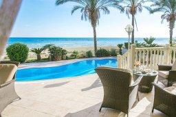 Терраса. Кипр, Декелия - Ороклини : Потрясающая вилла на побережье Ларнаки с видом на море, с 5-ю спальнями, с бассейном, уютным патио и барбекю