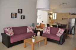 Гостиная. Кипр, Пернера : Апартамент в 100 метрах от пляжа, с большой гостиной, двумя отдельными спальнями и балконом с видом на море