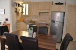 Обеденная зона. Кипр, Пернера : Апартамент в 100 метрах от пляжа, с большой гостиной, двумя отдельными спальнями и балконом с видом на море