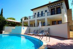 Фасад дома. Кипр, Афродита Хиллз : Вилла с 3-мя спальнями, с бассейном и приватным двориком, расположена в Афродита Хиллз
