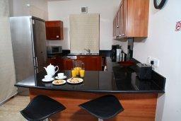 Кухня. Кипр, Афродита Хиллз : Вилла с 3-мя спальнями, с бассейном и приватным двориком, расположена в Афродита Хиллз