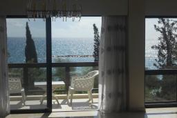 Кипр, Айос Тихонас Лимассол : Апартамент в 50 метрах от пляжа, с балконом и видом на море, с гостиной, тремя отдельными спальнями и двумя ванными комнатами, для 6 человек