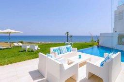 Патио. Кипр, Пернера : Современная вилла с шикарным видом на море, с 4-мя спальнями, бассейном и солнечной террасой с патио, расположена в 100 метрах от пляжа