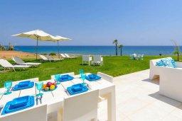 Территория. Кипр, Пернера : Современная вилла с шикарным видом на море, с 4-мя спальнями, бассейном и солнечной террасой с патио, расположена в 100 метрах от пляжа