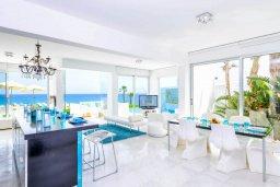 Гостиная. Кипр, Пернера : Современная вилла с шикарным видом на море, с 4-мя спальнями, бассейном и солнечной террасой с патио, расположена в 100 метрах от пляжа