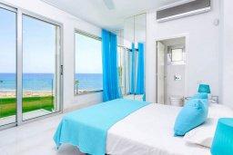Спальня. Кипр, Пернера : Современная вилла с шикарным видом на море, с 4-мя спальнями, бассейном и солнечной террасой с патио, расположена в 100 метрах от пляжа