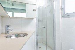 Ванная комната. Кипр, Пернера : Современная вилла с шикарным видом на море, с 4-мя спальнями, бассейном и солнечной террасой с патио, расположена в 100 метрах от пляжа