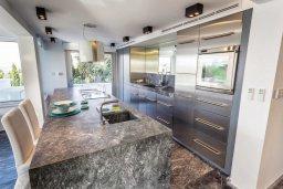 Кухня. Кипр, Св. Рафаэль Лимассол : Люкс апартамент в 50 метрах от пляжа, в комплексе с большим бассейном, с просторной гостиной, четырьмя отдельными спальнями и пятью ванными комнатами
