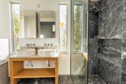 Ванная комната. Кипр, Св. Рафаэль Лимассол : Люкс апартамент в 50 метрах от пляжа, в комплексе с большим бассейном, с просторной гостиной, четырьмя отдельными спальнями и пятью ванными комнатами
