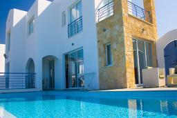 Кипр, Киссонерга : Великолепная вилла с потрясающим видом на море, с 5-ю спальнями, с бассейном и lounge-зоной, расположена в Coral Bay